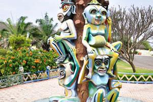 Статуя с удивительными персонажами