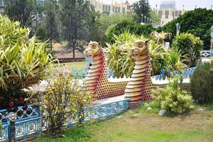 Садовая дорожка украшена драконами