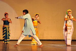 Дух Раможи - элемент танца с руками, сложенными вместе