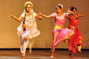 Дух Раможи - стоя на одной ноге в танце