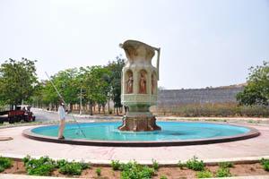 Статуя кувшина