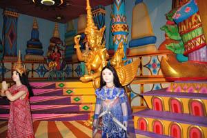 Филми Диния: золотая статуя с сиськами