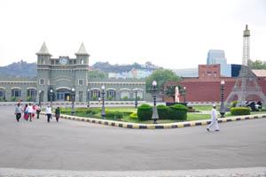 Площадь с Эйфелевой башней находится рядом с рестораном Дил Се