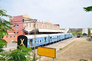 Поезд на железнодорожном вокзале