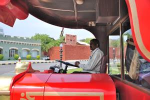 Водитель экскурсионного автобуса