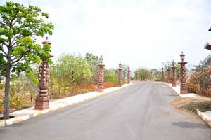 Декоративные фонарные столбы кирпичного цвета на дороге