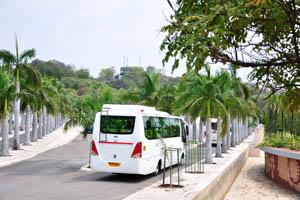 Остановка автобуса рядом с японским садом