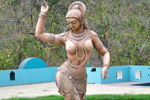 Статуя полуобнажённой женщины