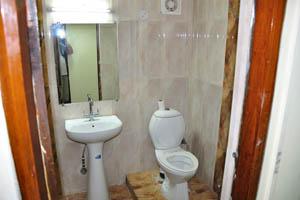 Отель Mandakini Jaya International, ванная комната двойного номера