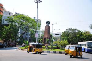 Монумент с изображением орла возле замка Amrutha