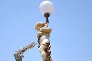 Сады Windsor, уличный фонарь, украшенный скульптурой мальчика