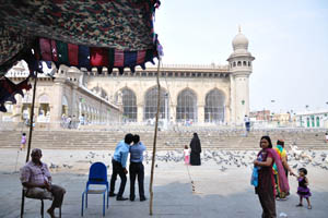 Площадь с голубями в мечети Мекка Масджид