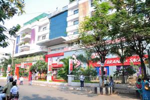 Супермаркет Brand Factory расположен рядом с отелем Тадж Махал, Абидс