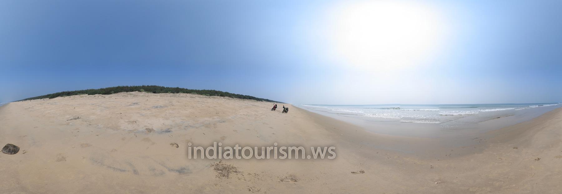 Пустой пляж - на краю воды