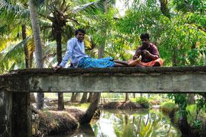 Индийцы сидят на небольшом мостике и пытаются сфотографировать нас