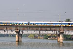 Наш паром плывёт вдоль железнодорожного моста