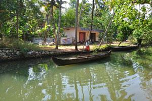 Радостный гид встречает нас. Список мест в Керале, где есть заводи