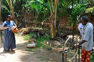 Традиционное накручивание верёвки с использованием кокосового волокна