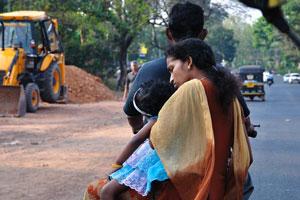 По дороге из Варкалы в Париппалли - девочка заснула на мотоцикле