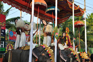 Погонщики танцуют на вершине слонов