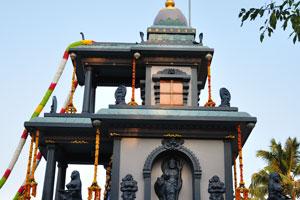 Верх храма украшен цветами