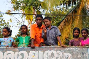 Молодые индийцы смотрят на фестиваль с крыши