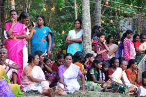 Индийские женщины сидят на земле перед фестивалем