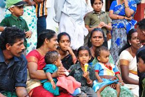 Чёрная индийская девочка с бело-жёлтым мороженым