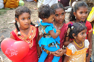 Милые индийские девочки в красивых платьях