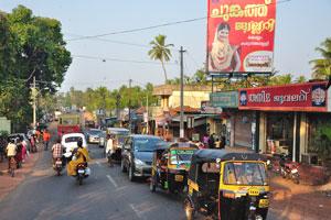 В Индии живёт много людей, поэтому дорога в Мадурай была переполнена на всём пути