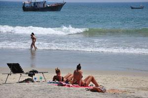 Отдых на солнечном пляже Маяк