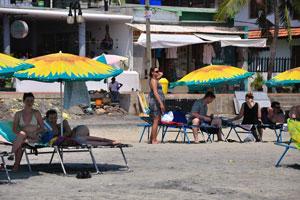 Туристки под зонтиками