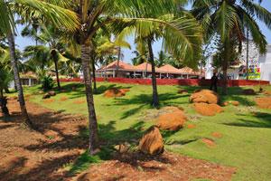 Ландшафтный дизайн сделан из рыжих камней