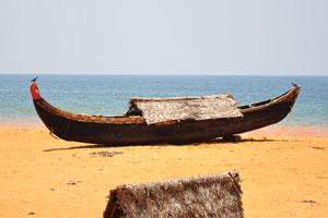 Лодка на пляже Шангумугам