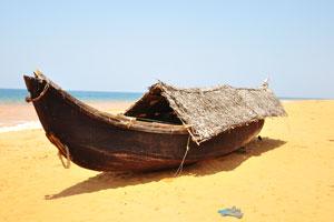Плавучий дом на жёлтом песке