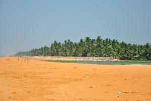 Лагуна отделена от моря узкой песчаной косой