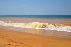 Оранжевые волны пляжа Шангумугам