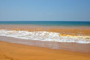 Оранжевый песок пляжа Шангумугам