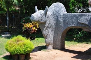 Любопытная статуя необычного животного