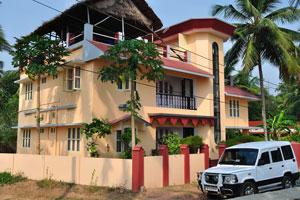 Дорогой двухэтажный отель с деревьями папайи в саду