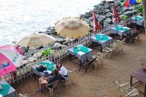 Кафе находится на самом берегу моря