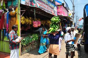 Популярный магазин со многими овощами и фруктами