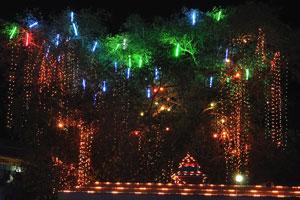 Ночные огни фестиваля вблизи здания «Валлабхан Международный»