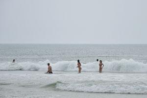 Женские плавки должны быть на плотной упругой резинке, и тогда они не будут спадать от волны