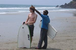 Индийский мужчина пытается что-то показать иностранцу