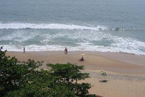 Пляжный наблюдатель под зонтом