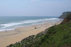 Утёсы пляжа Варкала покрыты пышной зеленью