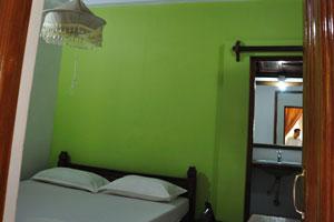 Вентилятор и тёмно-коричневый потолок в двухместном номере. Дом отдыха «Эдемский сад»