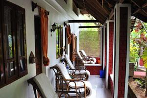 Стулья сделаны в оригинальном дизайне. Дом отдыха «Эдемский сад»