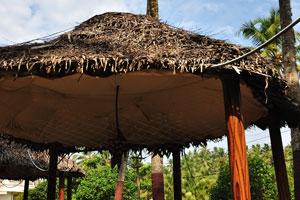 Беседка с соломенной крышей ресторана «Мама Чомпос»